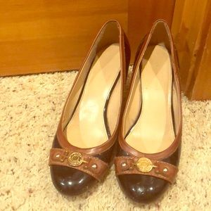 Tommy Hilfiger two toned pumps w gold hardware